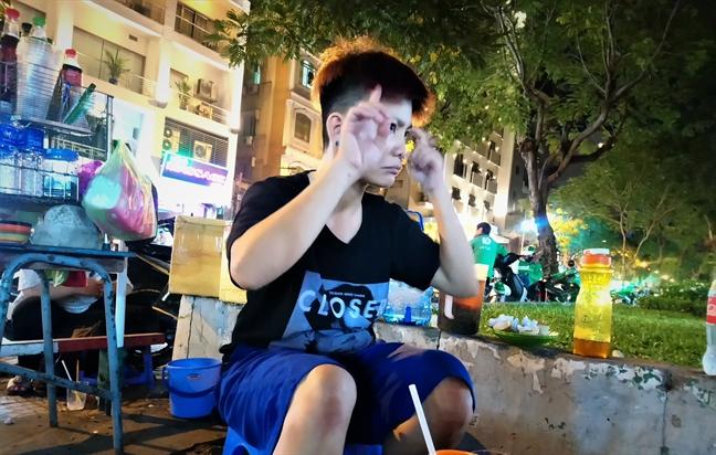 Quan nuoc dac biet cua hai co gai cam diec o con pho nhon nhip nhat Sai Gon