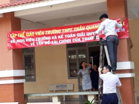 Giáo viên trường Trần Quang Khải treo băng rôn yêu cầu Hiệu trưởng giải quyết các vấn đề tài chính