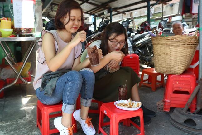 Doi dang sau ly ca cao cham banh mi nuc tieng Sai Gon