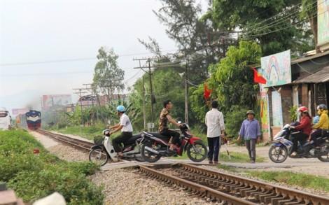 Liều mạng 'giỡn mặt' tàu hỏa trên đường ngang dân sinh