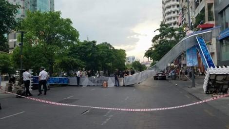 Cổng chào trang trí đường đi bộ Nguyễn Huệ sập đè người bị thương