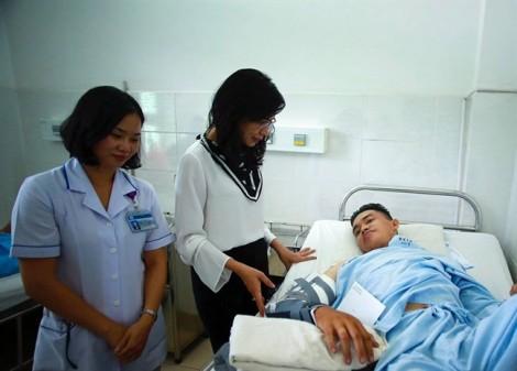 Phó chủ tịch UBND TP Nguyễn Thị Thu thăm hiệp sĩ bị thương và nạn nhân vụ sập cổng chào trên đường Nguyễn Huệ