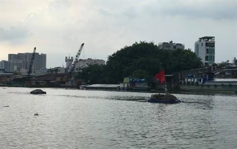 Chìm ghe 100 tấn ở Sài Gòn, 3 người hoảng loạn lao xuống sông