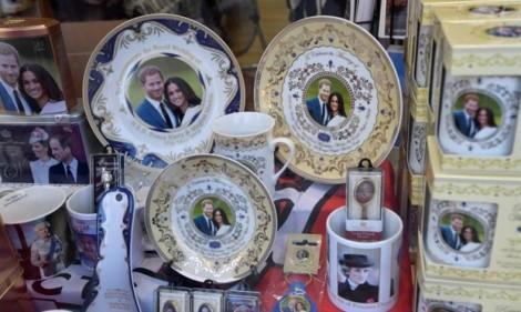 Đồ lưu niệm Hoàng gia hút hàng trước ngày đám cưới Hoàng tử Harry