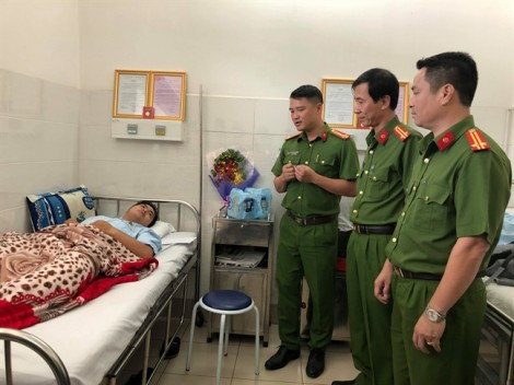 Công an TP.HCM thăm, chuyển thưởng đến các hiệp sĩ nằm viện