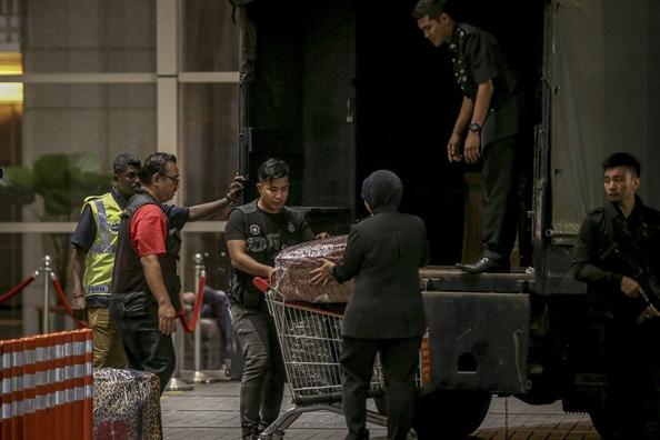 Malaysia thu 72 tui tien va hang tram thung do hang hieu nghi cua cuu Thu tuong