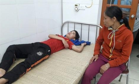Ngồi chơi game trong nhà, hai người bị sét đánh thương vong