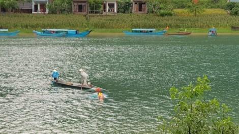 Lốc xoáy đánh chìm 2 thuyền du lịch, một du khách tử vong