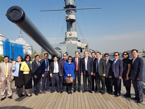 Đoàn đại biểu TP.HCM thăm chiến hạm Rạng Đông