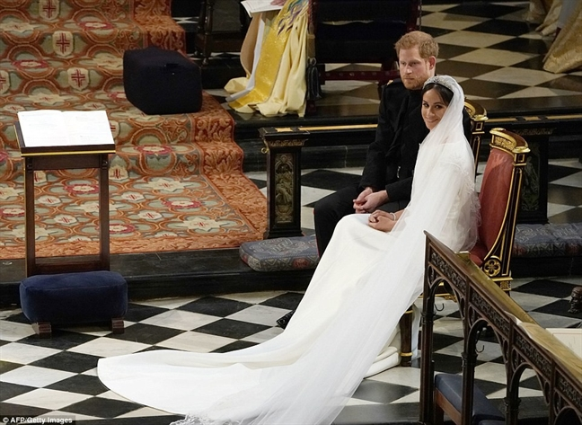 Can canh chiec vay cuoi 6 ty dong cua tan cong nuong Meghan Markle