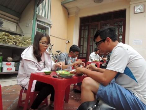 Quán hột vịt lộn bán 1.500 trứng trong vài giờ giữa khu nhà giàu Sài Gòn