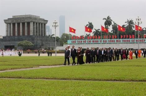 Đại biểu Quốc hội đặt vòng hoa và vào Lăng viếng Chủ tịch Hồ Chí Minh