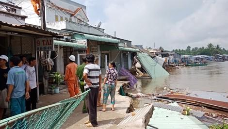 Sạt lở nghiêm trọng sau mưa lớn, 34 căn nhà đứng trước miệng 'hà bá'