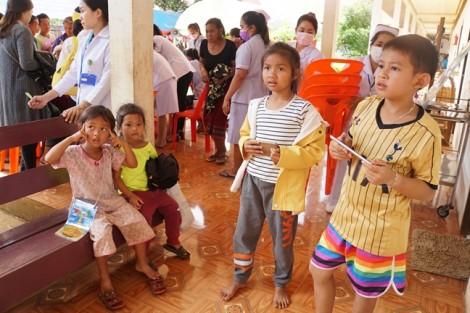 Những đứa trẻ Lào được sinh ra vì… 'em muốn ngừng nhưng không biết cách'