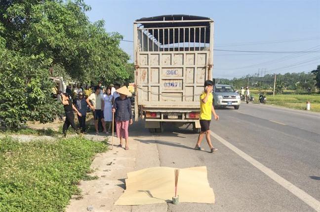 Bi xe tai tong tren duong di sinh, thai phu tu vong, chong nguy kich