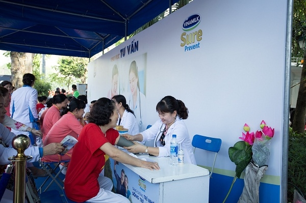 Vinamilk Sure Prevent tiep tuc dong hanh cung phong trao ren luyen suc khoe nguoi cao tuoi tai Ha Noi