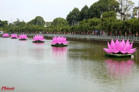 7 đóa sen khổng lồ trên kênh Nhiêu Lộc mừng đại lễ Phật đản