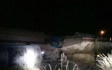 Tông trúng xe 'hổ vồ', đoàn tàu 8 toa lật khiến 10 người thương vong