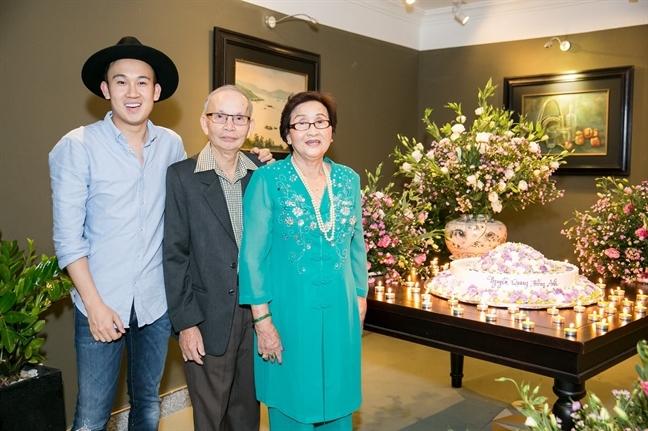Vi 2 con trai, bo me nghe si Hoai Linh ve Viet Nam song