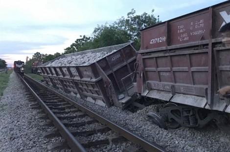 Tàu hỏa trật bánh, 2 toa bị trật khỏi đường ray ở Nghệ An