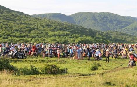 Hàng ngàn người 'í ới gọi nhau' đi nơm cá cầu may