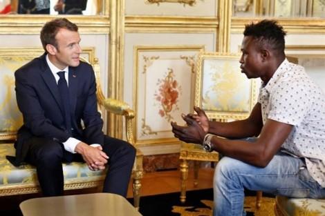 Tổng thống Pháp trao quyền công dân cho 'người nhện' anh hùng