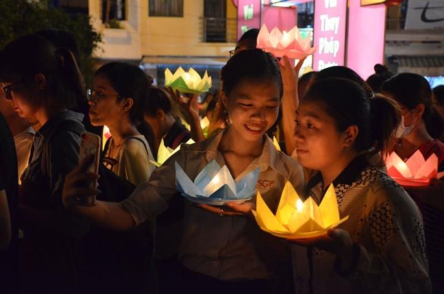 Hang ngan nguoi tha hoa dang tren kenh Nhieu Loc nhan le Phat dan