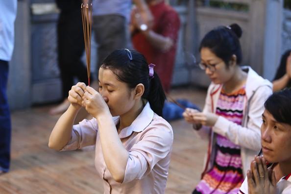Hoa dang ruc sang tren song Sai Gon dem le Phat dan