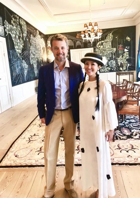 Hoàng thái tử Đan Mạch nhầm ca sĩ Hồng Nhung chỉ mới đôi mươi