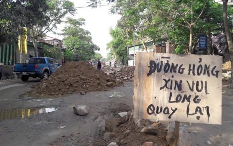 Người dân bức xúc đổ đá, dựng lô cốt vì con đường nắng bụi mưa lầy