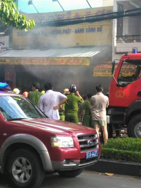 Nhà sư tham gia chữa cháy cửa hàng gốm sứ lúc sáng sớm ở Sài Gòn