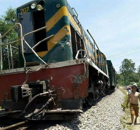 Tàu hỏa lại gặp nạn vì xe tải, đường sắt tê liệt