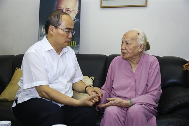 Bi thu Thanh uy Nguyen Thien Nhan tham va chuc tho cac cu cao tuoi tieu bieu