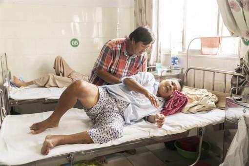 Không có tiền chạy thận, người phụ nữ bị ứ nước nứt toạc da