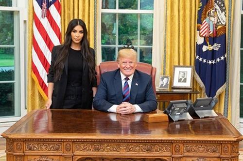 Kim Karshadian mac suit thanh lich gap Tong thong Donald Trump