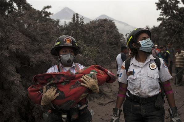 Guatemala: Nui lua Fuego thuc giac, nguoi dan trang dem chay thoat than