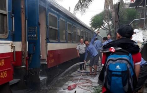 Hàng trăm hành khách hốt hoảng tháo chạy khi tàu hỏa bốc cháy