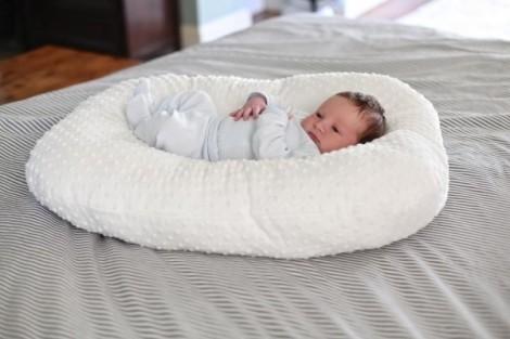 Trẻ sơ sinh ngày ngủ, đêm thức phải làm sao?