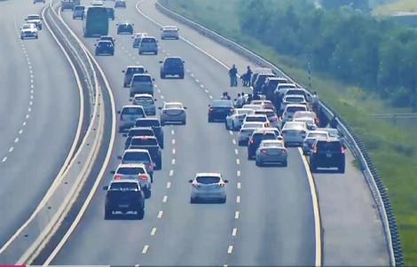Đoàn xe đi ăn cưới dàn hàng ngang giữa cao tốc... chụp ảnh