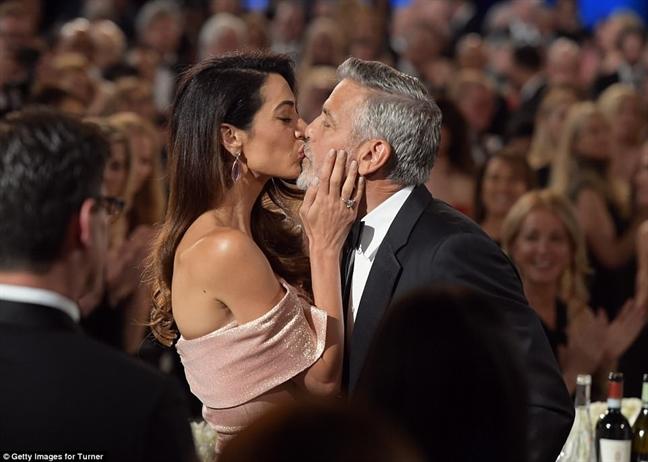 Tai tu George Clooney duoc ba xa hon say dam khi nhan giai 'Thanh tuu tron doi'