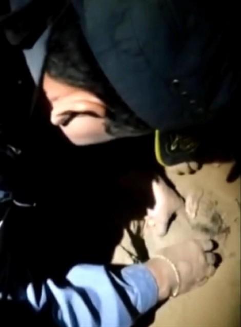 Cảnh sát bới đất cứu bé sơ sinh bị chôn sống suốt 8 giờ
