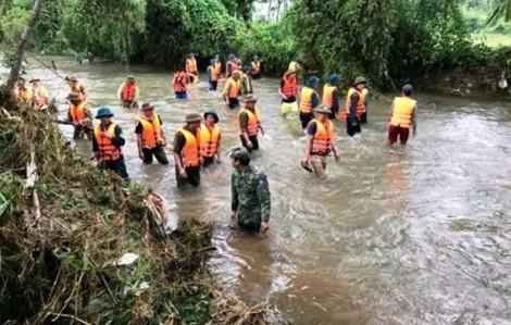 Hơn 200 người tìm kiếm hai học sinh đuối nước trong đêm