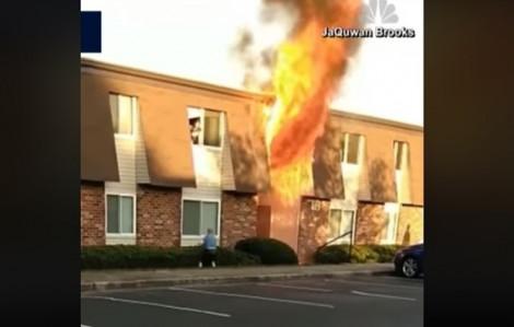 Nhà cháy ngùn ngụt, mẹ đành ném con xuống cho người hàng xóm