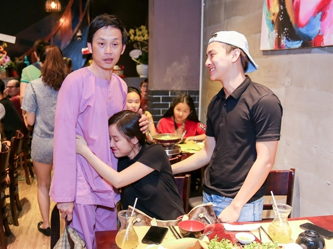 Nghe si Hoai Linh tuy gian nhung van con quan tam den Hoai Lam?