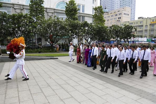 Lanh dao TP.HCM dang hoa tuong niem Chu tich Ho Chi Minh