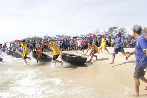 Ngư dân Huế tưng bừng ngày hội chèo thuyền thúng trên biển