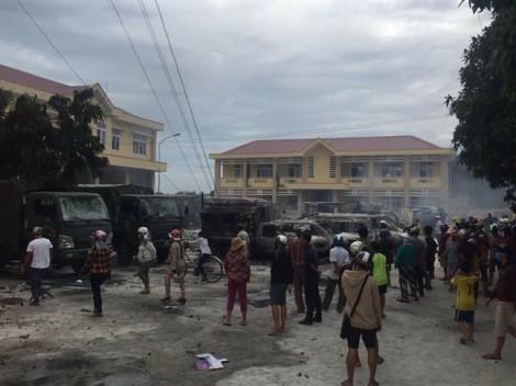 Bình Thuận: Người quá khích tiếp tục gây rối, đốt xe cảnh sát