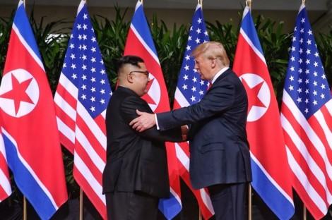 Cái bắt tay 12 giây và nụ cười thân mật giữa Donald Trump và Kim Jong Un