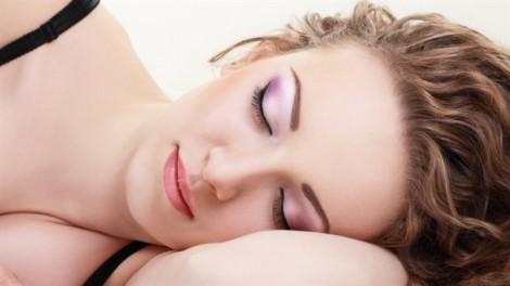 Không tẩy trang khi đi ngủ có thể gây mù lòa