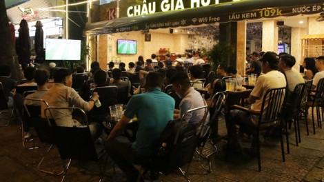 Đông đúc người hâm mộ theo dõi World Cup 2018 ở quán nhậu, vỉa hè